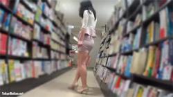 【書店パンチラ盗撮動画】スタイル抜群のミニスカ美女のドキッとする逆さ撮りをどうぞwwwの画像