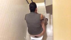 【トイレ盗撮動画】オシッコして素早くアソコを拭く様子がお隣さんから隠し撮りされてもた件!の画像
