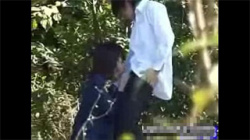【JK青姦盗撮動画】大胆不敵にも真昼間に下半身丸出しで野外で彼氏とエッチする女子校生!解放感がたまらない!の画像