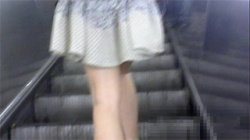 【スカート捲り盗撮動画】食い込み気味のパンツが絶妙!とっても美脚なお姉さんにこっそり下着チェック!の画像