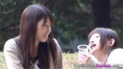 【お漏らし盗撮動画】酔いで気分よくなったお姉さんはトイレに向かうという事も判断できないままその場でオシッコ!の画像