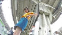 【電車逆さ撮り盗撮動画】落ち着きの無い美脚JKのパンチラショットを目指して角度を変えて奮闘盗撮魔!の画像