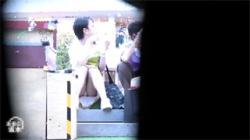 【座りパンチラ盗撮動画】眼鏡の奥様のスカート中身をずっと隠し撮り!人妻パンツを思う存分楽しめる!の画像