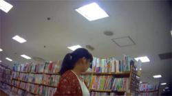 【本屋逆さ撮り盗撮動画】参考書を買いにやってきた女子校生がパンチラの参考にされてしまった件!の画像