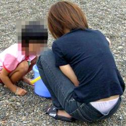 子連れママの無防備なしゃがみ座りローライズパンチラを盗撮エロ画像の画像