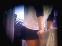 角オナニーをしていた妹を盗撮 自宅の机の角に股間をグイグイ押し付けたり腰を使う女子校生の画像