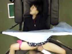 アイドル級美少女の女子校生が産婦人科で声を我慢しながら医師の手マンと中出しで悶絶の画像
