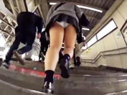 ムチムチ太腿のミニスカJKを階段で逆さ撮り盗撮!プリプリの大きなお尻に食い込むパンツの画像