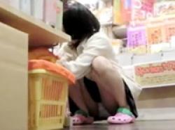 買い物に夢中の美少女JKが短すぎる制服のスカートで座ったりかがんだりしてパンチラ連発の画像