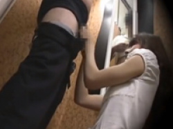 女性店員と試着室で二人きり…ペニスがポロリしていた時の反応が可愛いの画像