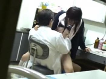 若い看護師に手を出すセクハラ医師を盗撮したら診察室でレイプしてたの画像