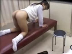 医師が眼鏡JKを騙して膣内チェック!小さな喘ぎ声に発情してハメ撮りの画像