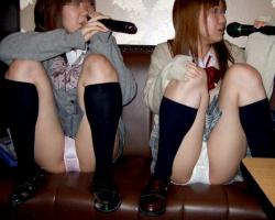 密室のカラオケボックスは制服女子校生のエロパンチラ披露会場だったwwwの画像