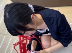ドラッグストアで貧乳お姉さんが浮きブラで乳首見えてるぅー【胸チラ盗撮動画】の画像