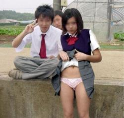 彼氏に頼まれて自分でスカート捲ってパンツ見せるJKパンチラ画像40枚の画像