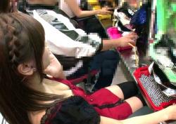胸チラ画像!パチンコ店でおっぱい見えてるエロ女子画像38枚の画像