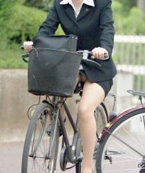 リクスーの制服OLが自転車に乗ってパンツ見えているエロ画像44枚の画像