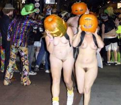 【エロ画像】ハロウィンを全裸で駆け抜けるエロレイヤーがヤバすぎwwwの画像