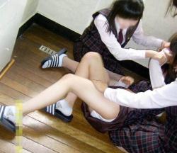 悪ノリ女子が女の子のスカート捲ってふざけている楽しいエロ画像まとめの画像