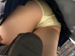 クロッチがエロいJKの黄色パンツを駅ホームで逆さ撮りの画像