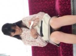 電車の対面女子のスカート内は日が差すとパンツが見えるという件の画像