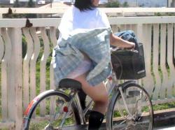 自転車パンチラ!街を駆け抜けるJKがスカート捲れてパンツ丸見え画像の画像