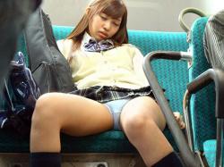 バス車内でパンチラしている素人女子エロ画像まとめの画像
