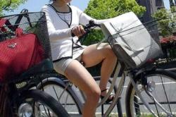 自転車パンチラ!OLのタイトスカートからパンツ見えたエロ画像の画像