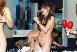 カラオケエロ画像 全裸で歌ってテンションMAXの神女子たちの画像