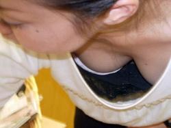 Tシャツでも胸チラ見える女子のエロ画像の画像