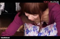 商品整理している店員のパンチラと胸チラ盗撮動画の画像