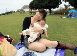 子連れママさんがしゃがみ込んでパンツ丸見えエロ画像の画像