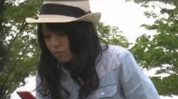 【パンチラ盗撮】フリルスカート素人嬢の公園での座りパンチラ盗撮の画像