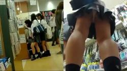 【パンチラ盗撮】放課後買い物中の素人JK達を直撃盗撮無垢な太もも超興奮の画像