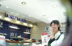 【パンチラ盗撮】「逆さHERO」モノ超有名お菓子屋さんの笑顔の可愛い店員さんがこのあと・・・・・の画像