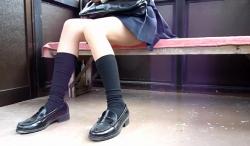 【パンチラ盗撮】【高画質】待合室にてすらりとした紺ソックスJKちゃんの座りパンチラ盗撮の画像