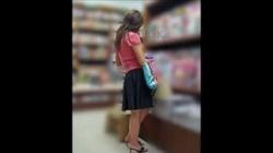 【パンチラ盗撮】本屋さんで立ち読みしているお姉さんが超エッチなパンティ履いてるよちょい臭そうで興奮の画像