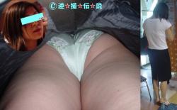 ムレムレ逆さ撮り!30歳前後の女性パンツ盗撮が一番熟していて最高です。の画像
