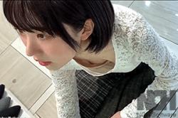 高画質 のぞき盗撮【JC女子・胸もと】進級のお祝いに靴を買いに#8230;「浮きブラ」の先に、小さい「乳首」がポロン~!!の画像