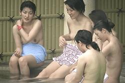 高画質 盗撮【露天風呂】~「女子大生」の温泉旅行~「乳首」もツンと上向きの「オッパイ」たち~!!の画像