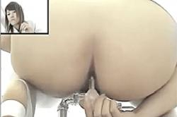 《薄消し修正》盗撮【女子トイレ】~病院の「WC」に「盗撮カメラ」を設置~「白衣」のナースが「イチジク浣腸」を挿入する姿を隠し撮り~! !の画像