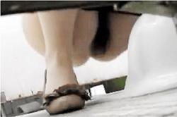 《薄消し修正》盗撮【女子トイレ】~学習塾の「WC」に「女盗撮師」が潜入~「高学年JS」女子の「ワレメ」と「穴」を隠し撮り~! !の画像