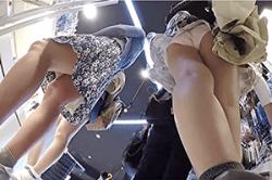 《高画質》盗撮 【パンチラ】~ショップで「スカート内」を逆さ撮り~「スマホ」で「生パンツ」&ムチムチ「太もも」を接写~!!の画像