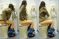 《高画質》盗撮【女子トイレ】~大学の「WC」に「盗撮カメラ」~「JD」の「放尿音」と「オシッコ姿」&「太もも」を隠し撮り~! !の画像