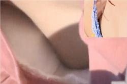 《高画質》盗撮【胸チラ】~子どもとプールに来た「若ママ」、「水着」女子の「胸もと」を隠し撮り~「オッパイ」&「乳首」~!!の画像