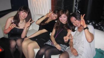 パーティーで浮かれ気分なドレス姿の女の子がパンチラしまくり!の画像