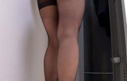 黒ストッキングを穿いた女の透けまくってるパンチラと美脚が堪らないの画像