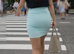 タイトスカートやショーパンでパン線透けまくってる女が街を歩くの画像