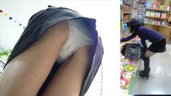 本屋で盗撮騒ぎ!ド素人の女の子を逆さ撮りして下着ガン見してやったの画像