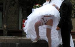 海外のウェディングドレス姿の花嫁が豪快パンチラ写真を撮られるの画像